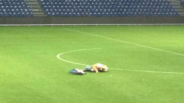 Um casal decidiu ter relação íntima bem no meio do campo. Leia mais em: http://www.techmestre.com/apos-jogo-casal-tem-relacao-intima-no-gramado-de-estadio-dinamarques.html#ixzz2dGMnDQdB