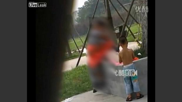 Um casal foi flagrado na praça publica