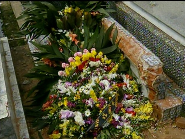Enterro em Campos só acontece depois que cova foi aberta para caber o caixão. (Foto: Reprodução Intertv)
