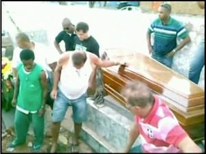 Enterro, em Campos, acontece com duas horas de atraso. (Imagem: Arquivo pessoal)