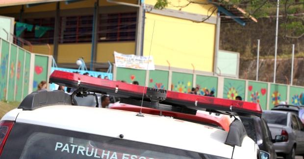 homem sem cabeça estava estendido em frente a uma escola do bairro.
