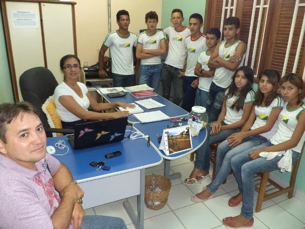 Alunos se reúnem com a diretora da escola e pedem providências (Foto: Kebin Perez / Arquivo pessoal)