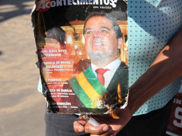 Manifestantes queimam a imagem do governador Tião Viana durante protesto/Foto: tribunadojurua