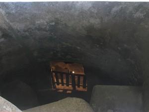 Entrada de uma das tumbas que podem ficar a até 15 metros de profundidade (Foto: Deonir Marcos Bartnik/VC no G1)