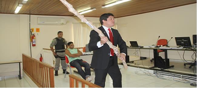 Promotor Ildon Maximiliano Peres Neto mostra pedaço de pau usado para matar Venâncio em outubro de 2012 – Foto: Alexandre Lima