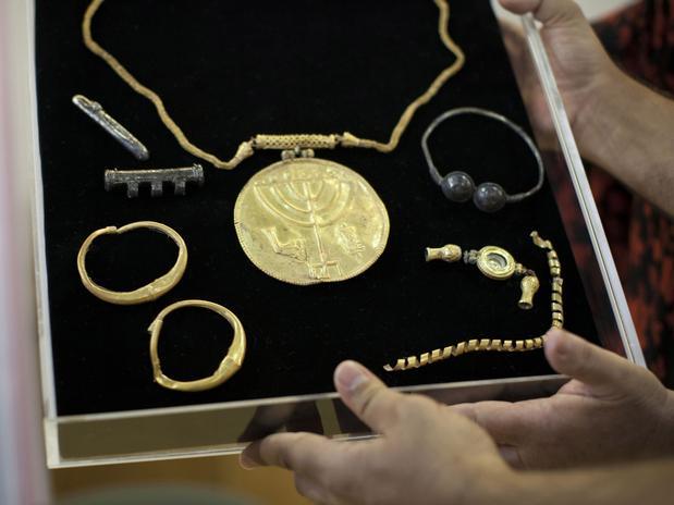 Medalhão de ouro e diversas joias de ouro e prata foram apresentados em Jerusalém Foto: AFP