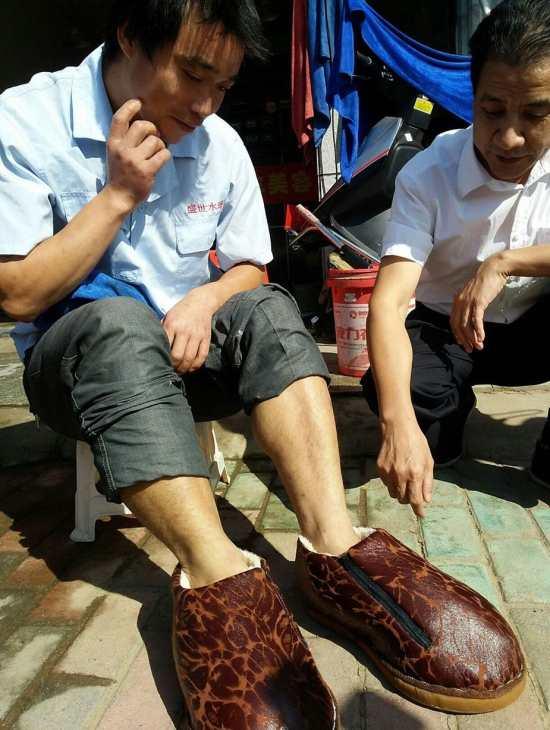 O gerente ainda se comprometeu a fornecer novos sapatos quando eles precisarem ser substituídos.