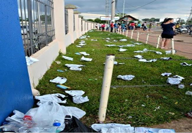 Sacos usados para guardar pertences são jogados no chão por participantes (Foto: Veriana Ribeiro/G1)