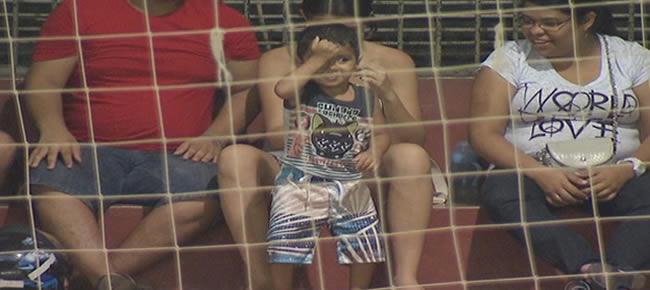 Garoto dança arrocha e rouba a cena em jogo de vôlei no Acre (Foto: Reprodução/TV Acre)