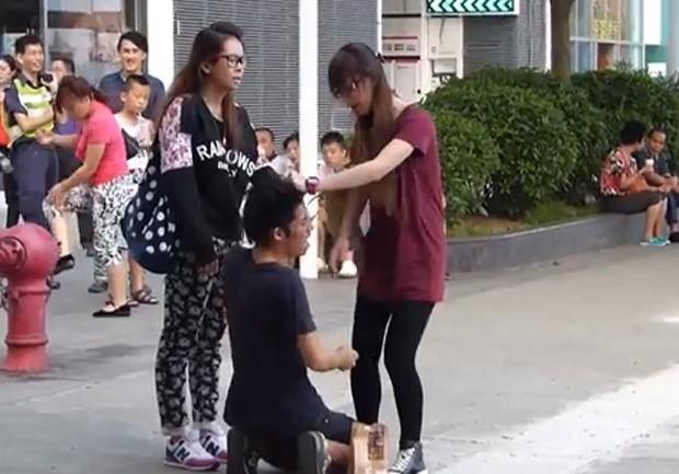 namorada, Xu discute com a parceira e leva pelo menos 14 tapas no rosto, além de puxões de cabelo.