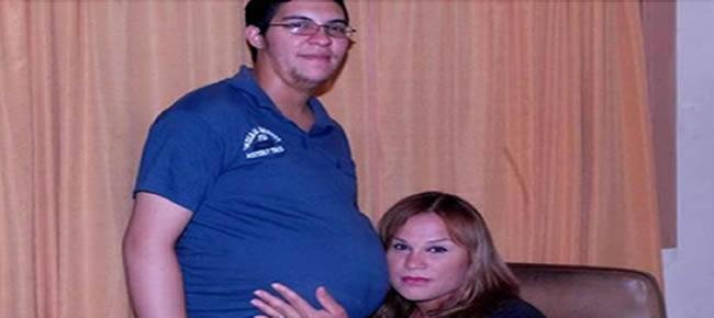 Alexis Taborda exibe a barriga ao lado da companheira Reprodução/ El Deber