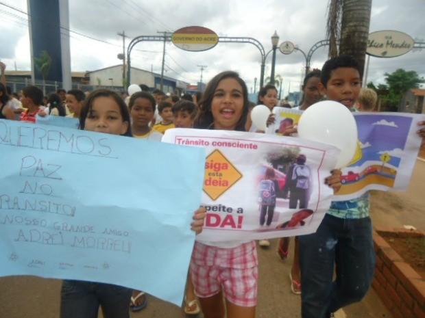 Alunos foram às ruas e pediram mais segurança no trânsito (Foto: Suzulei Lafuente/Arquivo pessoal )