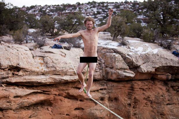 maluco-atravessa-corda-a-30-metros-de-altura-preso-apenas-pelo-orgao-genital