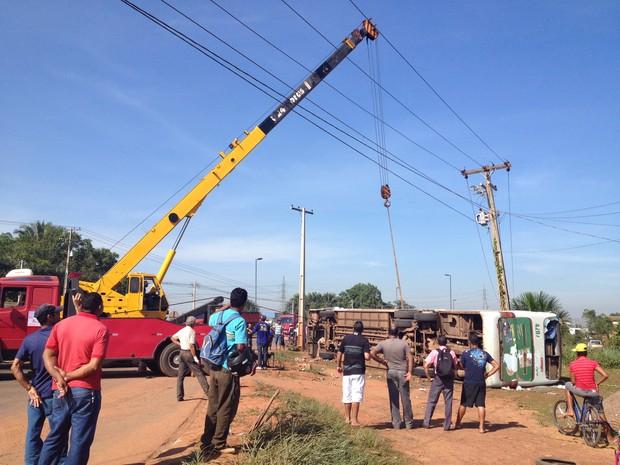 Ônibus tombou após desviar de rotatória em Rio Branco (Foto: Rayssa Natani/G1)