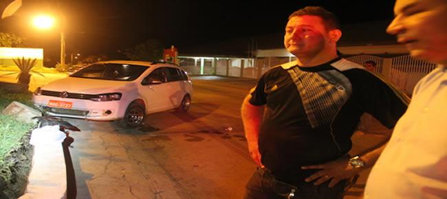 Taxista Daby Pereira (e), terá que arcar com o conserto do canteiro e do seu carro após bater – Foto: Alexandre Lima