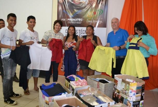 A doação das roupas confeccionadas pelos alunos do IDM é fruto de uma ação solidária incentivada pelo governo do Estado (Foto: Tamara Smoly/IDM)