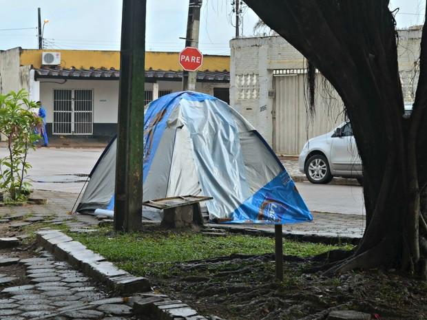 Pedro dorme todas as noites em barraca na praça do Manoel Julião (Foto: Tácita Muniz/G1)