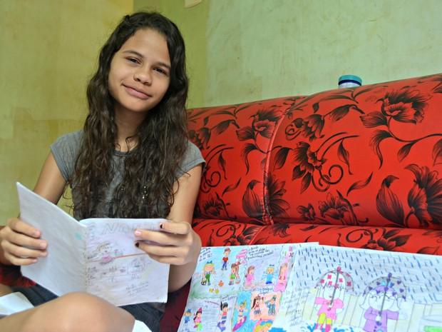 Naej Vitória começou a desenhar quadrinhos aos seis anos (Foto: Caio Fulgêncio/G1)