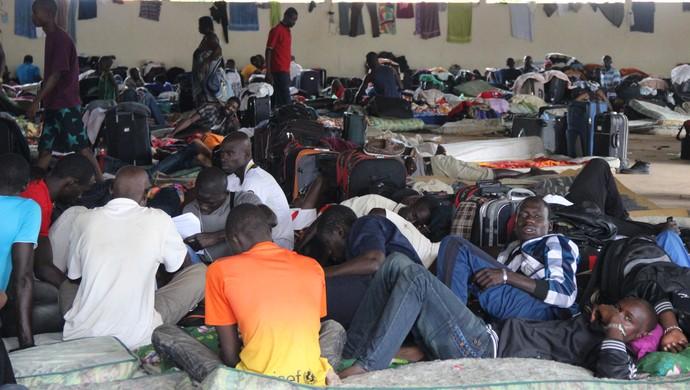 Abrigo com capacidade para 400 pessoas recebe quase mil imigrantes (Foto: Amanda Borges/G1)