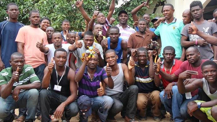 Em Brasiléia, haitianos conhecem o mascote da Copa de 2014 (Foto: Amanda Borges/G1)