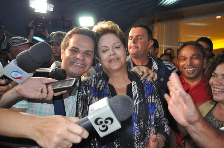 Colunista Social da ContilNet, Douglas Richer, ganhou beijo da presidente Dilma/Foto: Wania Pinheiro