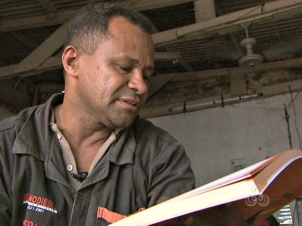 Álvaro divide o seu tempo entre os estudos e a profissão de mecânico (Foto: Reprodução/TV Acre)