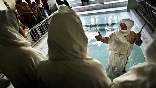 Sabeus em local de batismo em Bagdá. O batismo é um aspecto crucial da religião