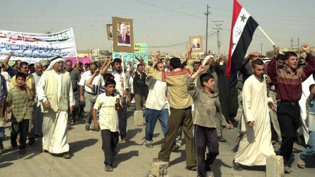 Membros da comunidade shabak fazem protesto em Mosul, no Iraque, em agosto de 2005