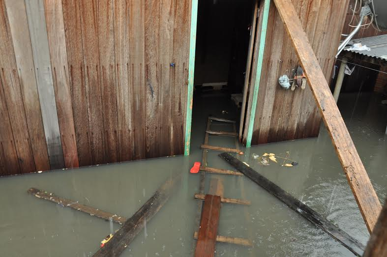 Casa estava inundada e com a rede elétrica ligada/Foto: Selmo Melo