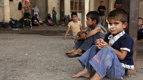 Crianças da minoria yazidi que fugiram da cidade iraquiana de Sinjar, refugiam-se na província de Dohuk, no Iraque (Ari Jalal/Reuters)