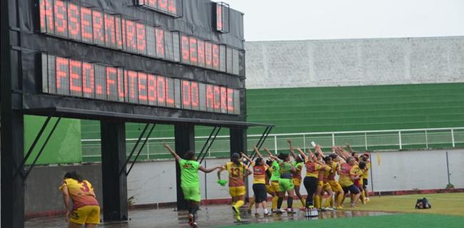 Equipe do Genus-RO aponta para placar ao fim do jogo e comemora classificação (Foto: Quésia Melo)