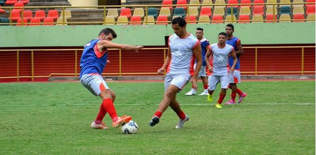 Rio Branco-AC treina na Arena da Floresta, em Rio Branco (Foto: Quésia Melo)